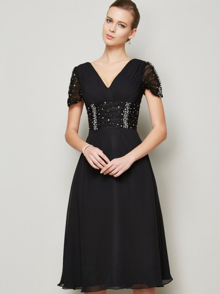 A-Line/Princess Black Chiffon Knee-Length Homecoming Dresses with Beading