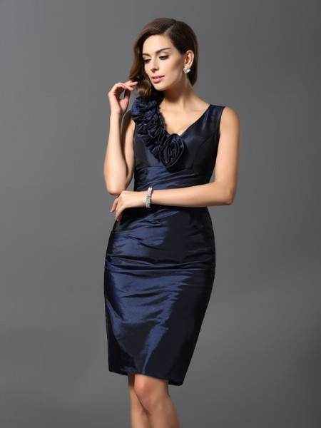 Sheath/Column Dark Navy Taffeta Knee-Length Homecoming Dresses with Hand-Made Flower